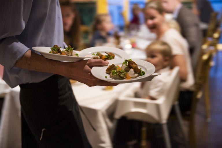 Servering av middag i Junibackens bröllopslokal