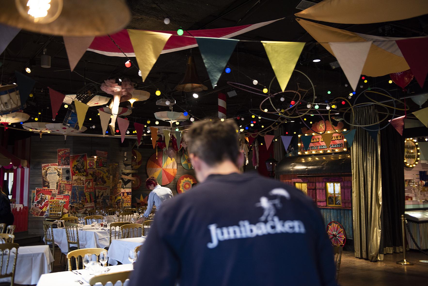 Dukning i cirkusmatsalen för ett företags kick off
