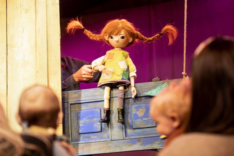 Pippi Långstrump i babdydrama tittar mot publiken.